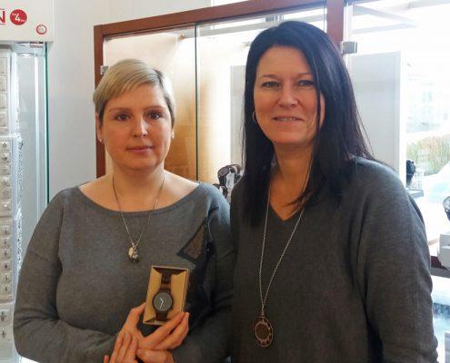 Gewinnerin Kerbholz Armbanduhr bei Juwelier adoro