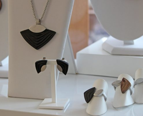 Holzschmuck Anhänger mit Holz Ring mit Holz Juwelier Rohrbach